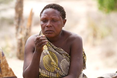 tribu: tribu Hadzabe retrato de la mujer Editorial