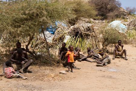 tribu: tribu Hadzabe j�venes miembros de la tribu con sus hijos