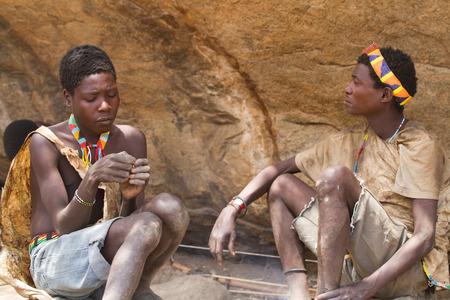 tribu: tribu Hadzabe un par de hombres j�venes