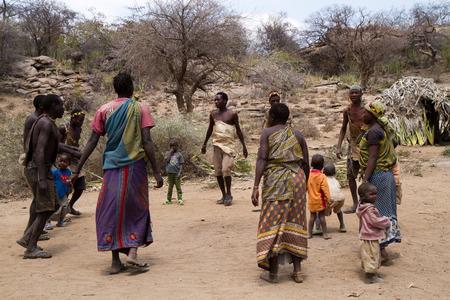 tribu: Hadzabe momentos de baile tribu Editorial