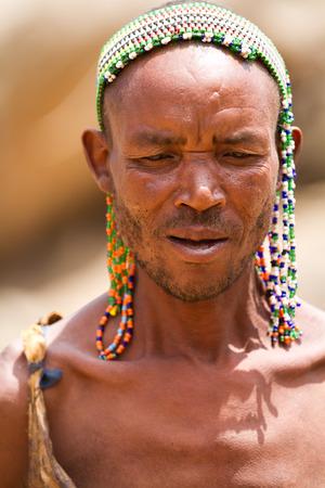 tribu: Hadzabe tribu guerrera Editorial
