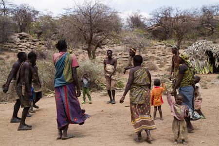 tribu: bailando tribu Hadzabe juntos en su pueblo Editorial