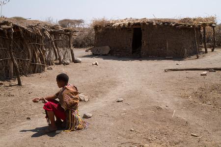tribu: Datoga tribu en Tanzania mujer sentada en su pueblo