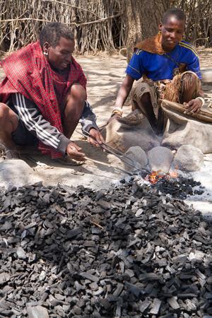 tribu: Datoga tribu que muestra c�mo funciona el hierro Editorial