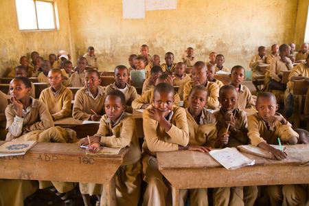 the national flag of kenya: masai escuela cerca de Arusha más de 100 niños se encuentran en cada habitación