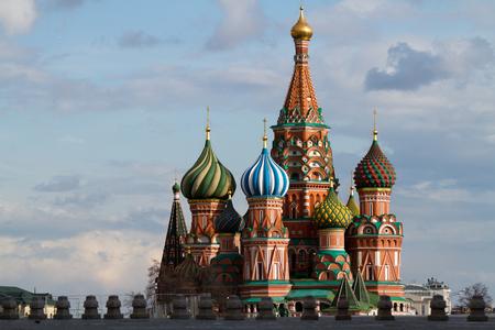 赤の広場総裁ロシアの最も重要な記念碑の 1 つで、サン バジルの画像 写真素材