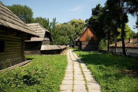 Typisch houten huis van Roemenië Stockfoto - 89002308