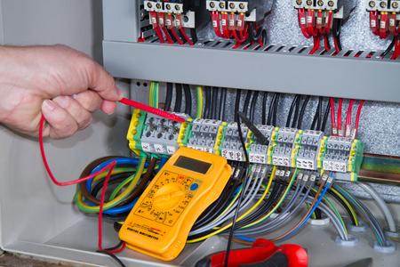 elektryk przy pracy z panelem elektrycznym