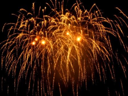 fuegos artificiales: Coloridos fuegos artificiales en el cielo oscuro, aparecer� durante la Merce de La patrona de Barcelona (24 de septiembre) Foto de archivo