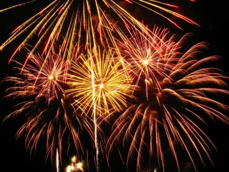 petardo: Coloridos fuegos artificiales en el cielo oscuro durante una celebraci�n en Barcelona