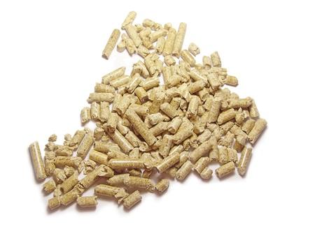 Granulés bois de fond de près. Isolées en blanc