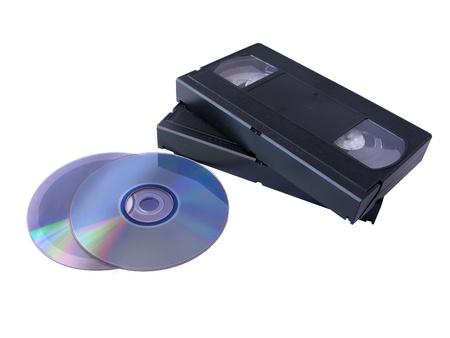 メディア ストレージ: 2 つの DVD と 2 つの VHS テープ。旧対新技術