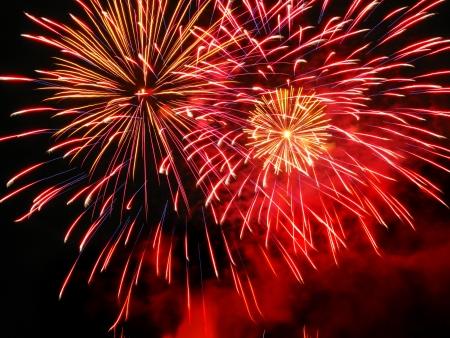 petardo: Coloridos fuegos artificiales sobre el cielo oscuro, aparece durante una celebraci�n en Barcelona (Espa�a)
