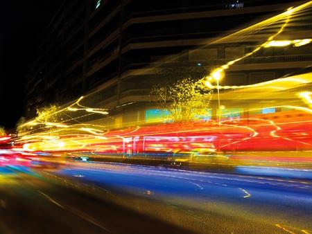 trails of lights: Semafori sfocata nelle strade di Barcellona