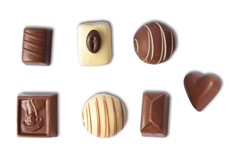 edibles: Cioccolatini diversi in varie forme, isolato in bianco Archivio Fotografico