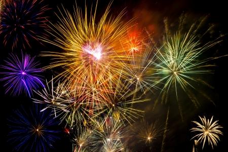festive occasions: Coloridos fuegos artificiales sobre el cielo oscuro durante la celebraci�n Foto de archivo