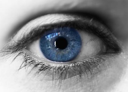 Blue eye iris su nero e nero. Closeup