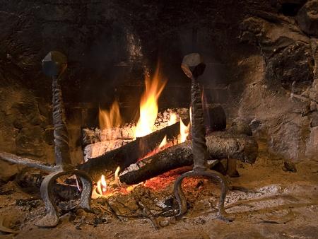 Le réchauffement cheminée en hiver, à la maison. Gros plan sur les flammes et le bois de chauffage Banque d'images - 12019038