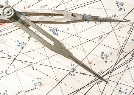 Vecchi divisori ottone su una carta nautica