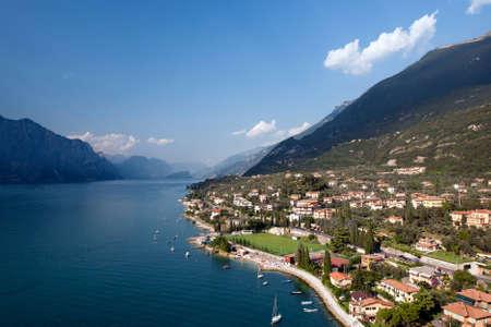 lagos: Lago de Garda es el lago m�s grande de Italia. Se encuentra en el norte de Italia, a medio camino entre Brescia y Verona y entre Venecia y Mil�n.