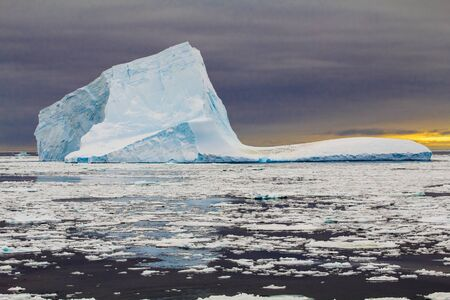 Blue colored iceberg during sunset in Antarctica (Weddell Sea) 版權商用圖片