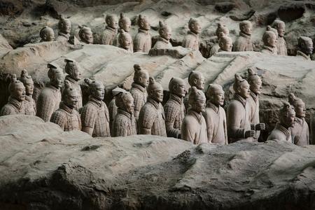 Lintong, Xi'an, Shaanxi / China - 15. Oktober 2014: Chinas berühmte Terrakotta-Krieger. Die Terrakotta-Armee ist eine Sammlung von Skulpturen, die die Armeen von Qin Shi Huang, dem ersten Kaiser Chinas an seinem Grab, darstellen.