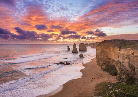 Impresionante puesta de sol en los Doce Apóstoles, Great Ocean Road, Victoria, Australia Foto de archivo