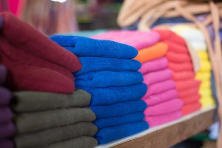 bufandas: pa�uelos de colores en el mercado Foto de archivo
