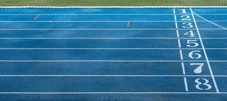 pista de atletismo: Los números en la pista de atletismo azul Foto de archivo