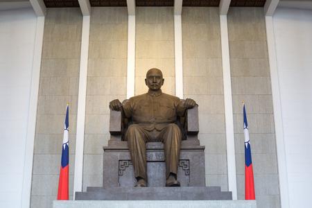 yat sen: Bronze statue of Sun Yat-Sen emplaced in the Memorial Hall in Taipei, Taiwan