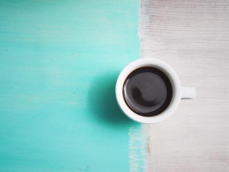 흰 접시와 나무 테이블에 에스 프레소 커피 한잔