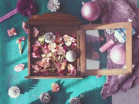 flores secas: Navidad todavía la vida con decoraciones para árboles de navidad y flores secas de color verde oscuro sobre fondo de madera, la luz del sol y las sombras Foto de archivo