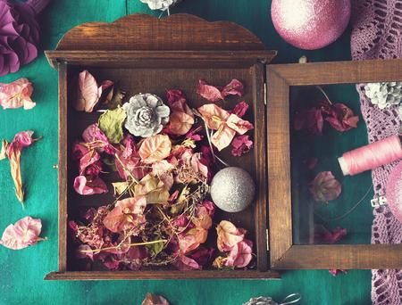 flores secas: Navidad todav�a la vida con decoraciones para �rboles de navidad y flores secas en el fondo de madera de color verde oscuro