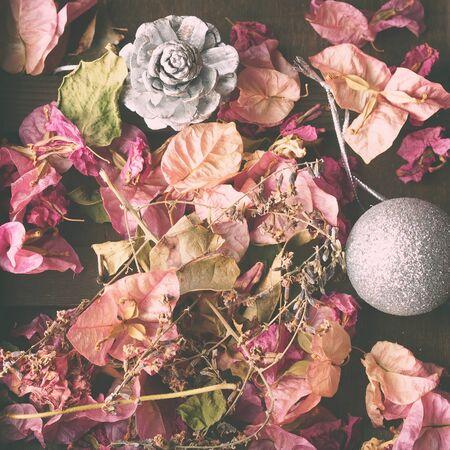 flores secas: Navidad todav�a la vida con decoraciones para �rboles de navidad y flores secas en el fondo de madera marr�n oscuro. entonado, cuadrado