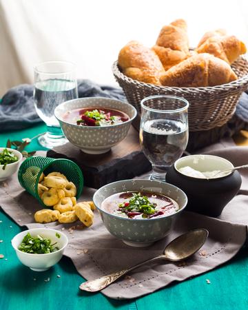 부 끄 러운 냅킨에 그릇에 봉사하는 스프. 가벼운 채식 요리와 함께 점심 식사 스톡 콘텐츠 - 81316349