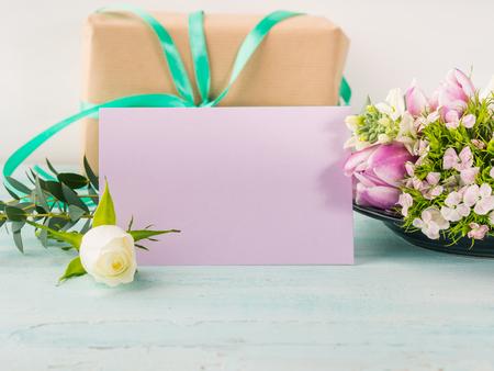 De lege purpere kaart bloeit de lente van tulpenrozen de achtergrond van de pastelkleur. Paasvakantie, bruiloft verjaardagsuitnodiging