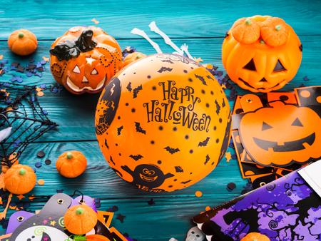 暗い背景の素朴な木のハロウィーン装飾記号。オレンジのバルーンと幸せな休日を希望 写真素材