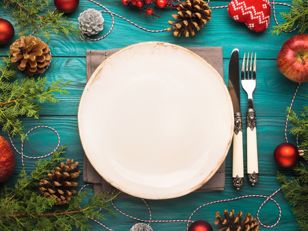Christmas dark green background with empty dish and cutlery. Festive holiday dinner concept 스톡 콘텐츠