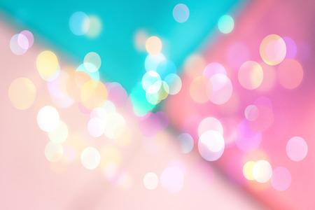 Abstrakter geometrischer unscharfer Hintergrund mit funkelnden hellen Bokeh. Festliche rosa und türkisfarbene Kulisse