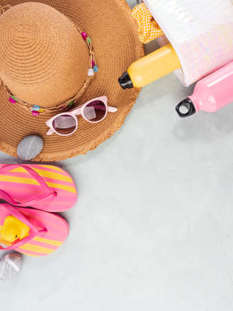 Summer sea vacation accessories. Straw hat, flip flops, sun spray, sunglasses Stockfoto