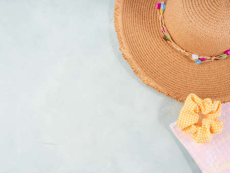 Summer with beauty bag and straw hat Stockfoto