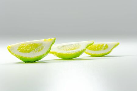 different way: lemons positionned different way on a gradient background