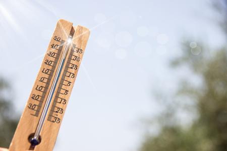 Thermometer in den Himmel zeigt die Hitze des Sommers zu symbolisieren