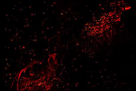 黒の背景に赤の熱い火花