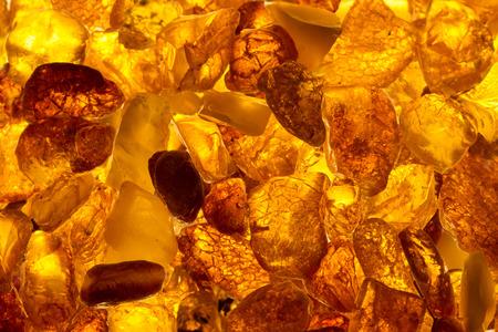 agrandi baltiques pierres d'ambre mensonge rectangulaire sur une surface plane