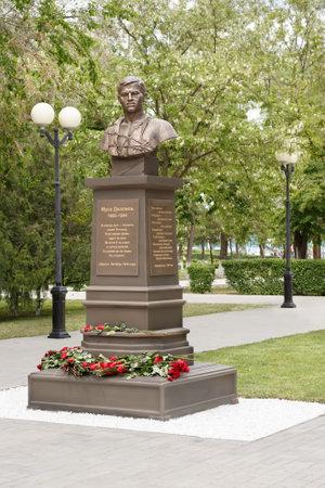 ASTRAKHAN - 13. MAI: Denkmal des tatarischen Dichters, Held der Sowjetunion Musa Mostafa Dzhalil, 1906-1944. 13. Mai 2017 in Astrachan, Russland. Editorial