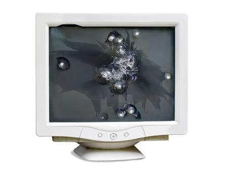 Vorderansicht des defekten Monitors mit Einschusslöchern auf dem Schirm lokalisiert auf weißem Hintergrund
