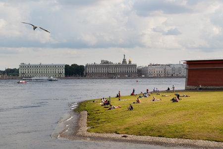 ST PETERSBURG, RUSSLAND - 18. AUGUST 2017: Leute, die auf den Banken des Neva River am Dvortsovaya-Damm stillstehen. Editorial