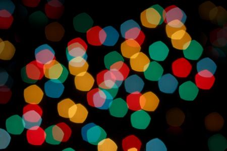 Weihnachtsgirlande verwischt. Abstrakter und bunter bokeh Hintergrund. Neujahr, Party und Urlaub. Standard-Bild