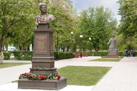 ASTRAKHAN - MAY 13: Monument of tatar poet, hero of the Soviet Union Musa Mostafa Dzhalil. May 13, 2017 in Astrakhan, Russia. Imagens - 144276575